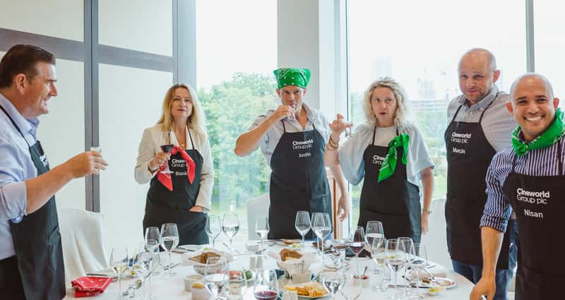 Work like a team, challenges, drinking and fun in the cooking workshops
